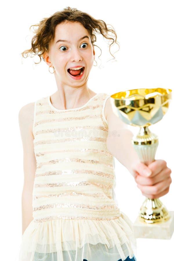 Mirada expresiva del campeón femenino joven en el trofeo que gana fotos de archivo libres de regalías