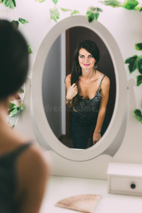 Mirada femenina linda en el espejo fotos de archivo libres de regalías