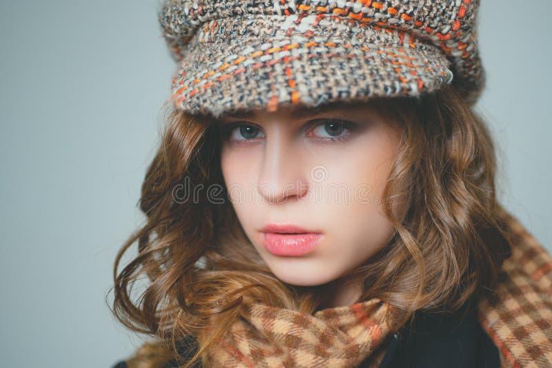 Mirada francesa moda del paso del jazz Partido del vintage ni?o pasado de moda muchacha seria con mirada elegante parisiense de m foto de archivo