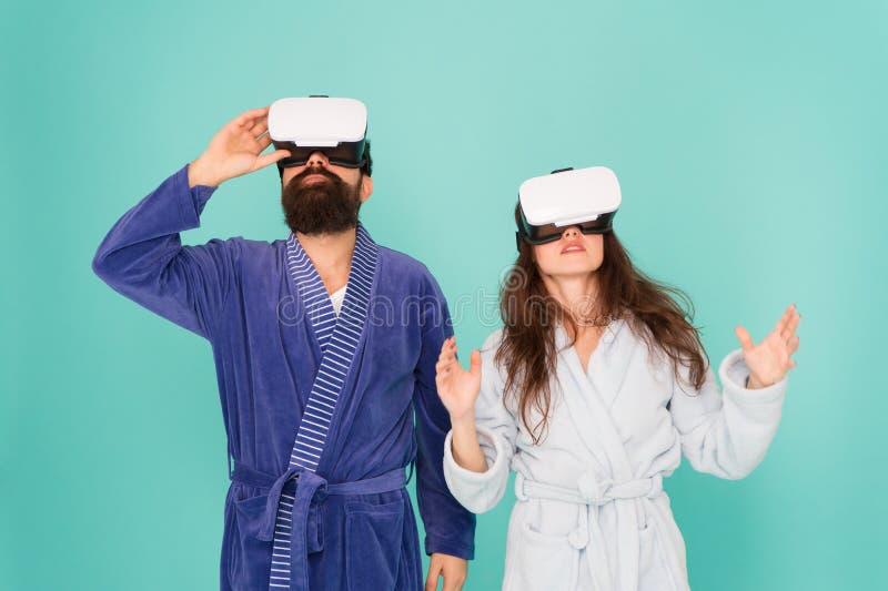 Mirada hacia arriba Juego y entretenimiento Más cercanos futuros que usted piensan La familia explora VR en casa Tecnolog?a de VR foto de archivo