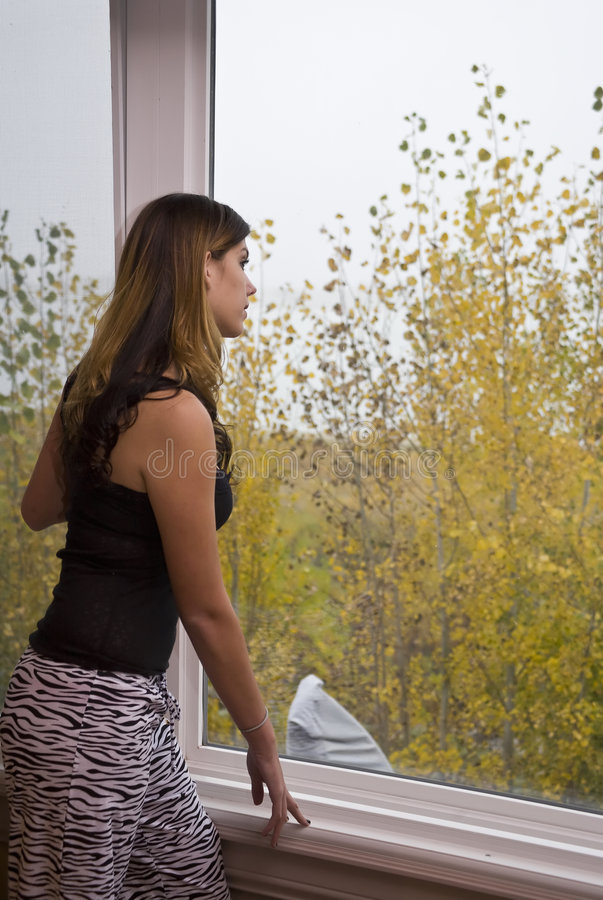 Mirada hacia fuera de la ventana imagen de archivo