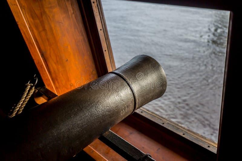 Mirada hacia fuera de un puerto de arma imagen de archivo libre de regalías