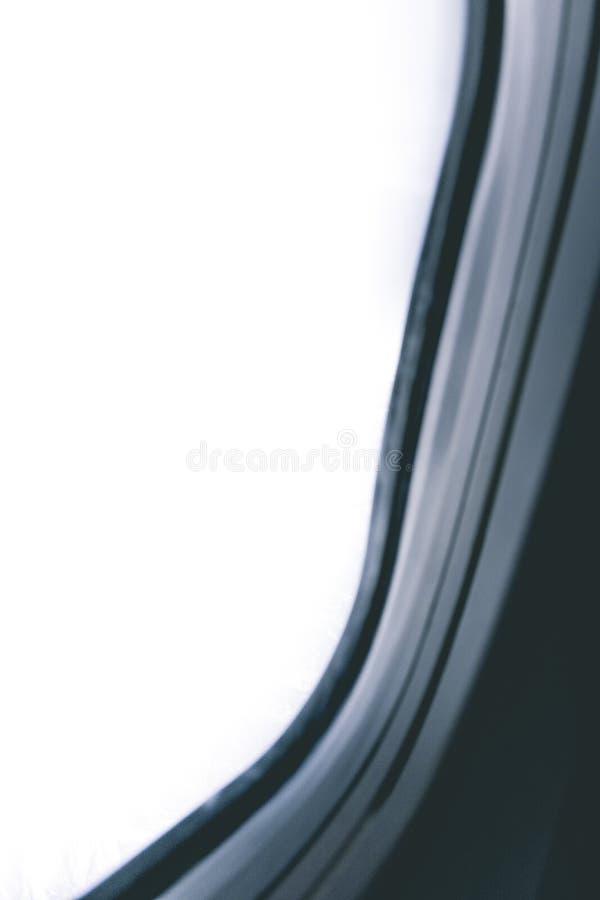 Mirada hacia fuera de una ventana del aeroplano, concepto para el photoshop imágenes de archivo libres de regalías