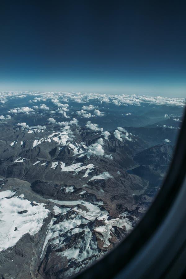 Mirada hacia fuera de una ventana del aeroplano, concepto para el photoshop fotos de archivo