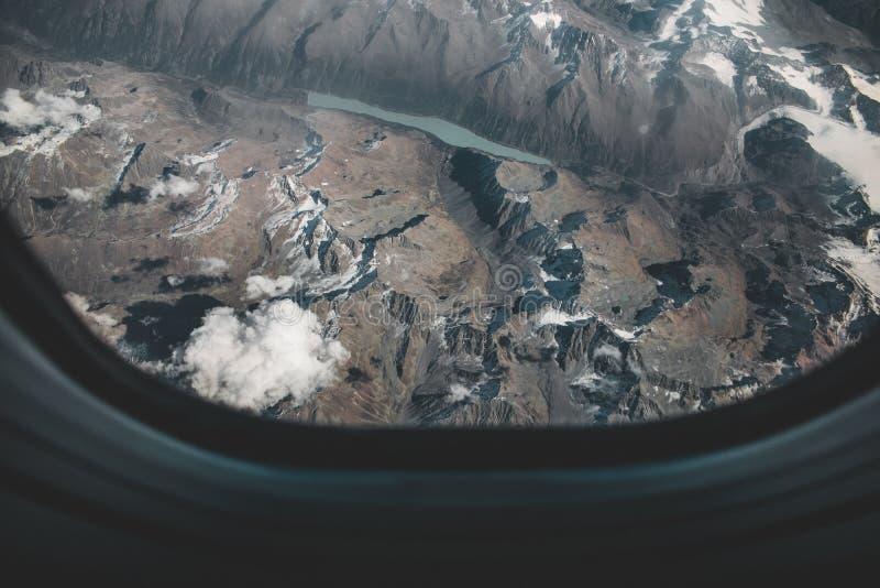 Mirada hacia fuera de una ventana del aeroplano, concepto para el photoshop fotos de archivo libres de regalías