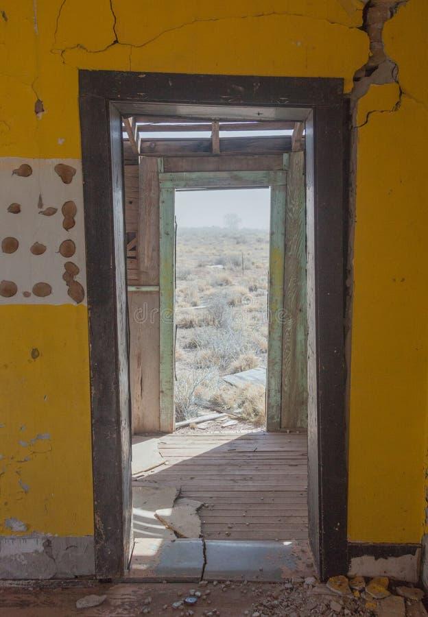 Mirada hacia fuera sobre el desierto a través de puertas dobles imagen de archivo