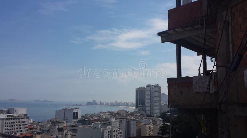Mirada hacia fuera sobre Río por dentro de un favela imagenes de archivo