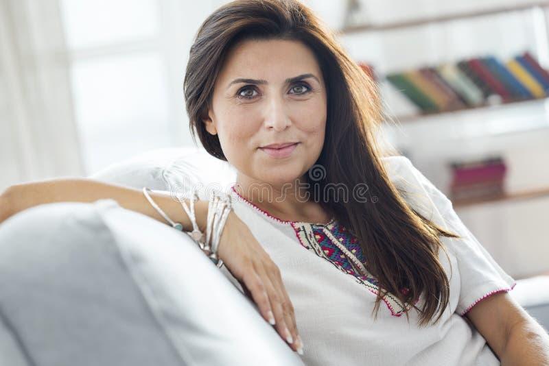 Mirada hermosa de la mujer joven en la cámara fotos de archivo