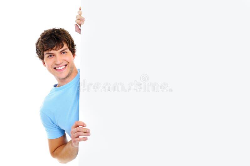 Mirada hermosa del hombre joven hacia fuera de bandera en blanco fotos de archivo