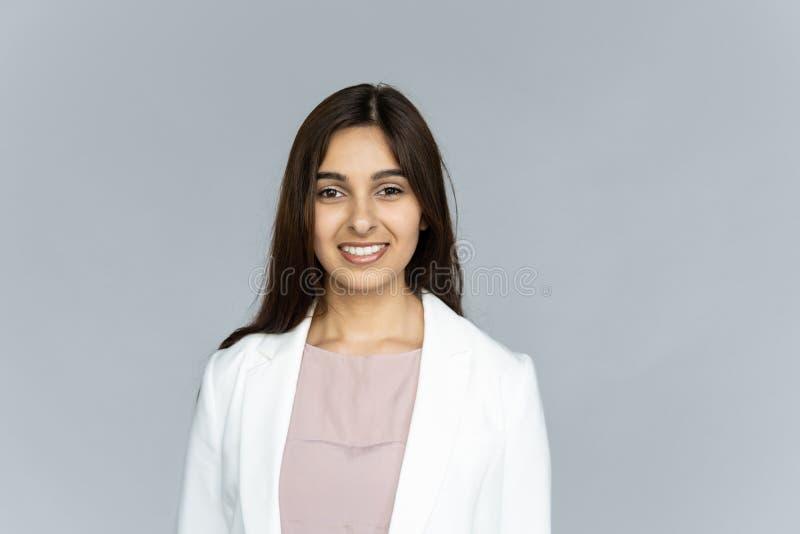 Mirada india confiada sonriente de la empresaria en la cámara aislada en fondo fotografía de archivo