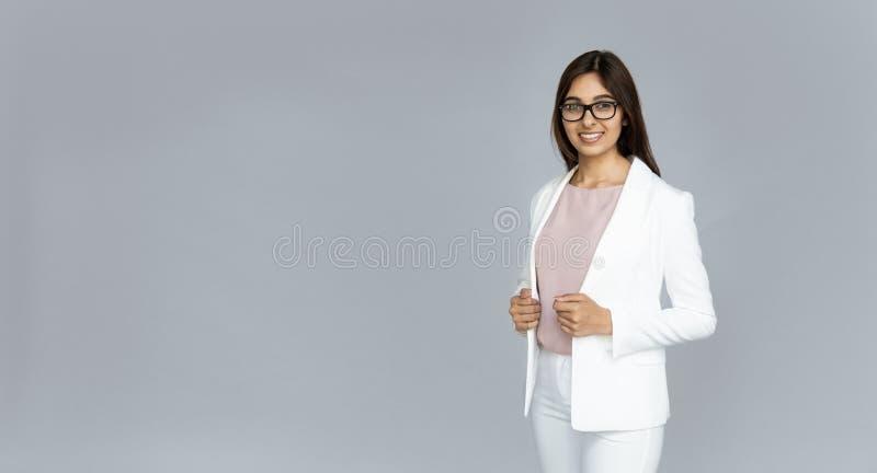 Mirada india sonriente confiada de la empresaria en la cámara aislada en fondo imagen de archivo