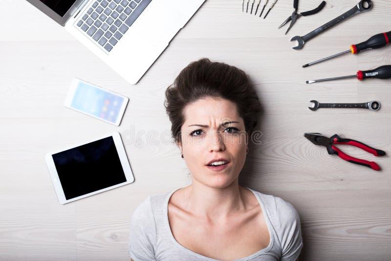 Mirada intensa de una mujer con problemas digitales imágenes de archivo libres de regalías