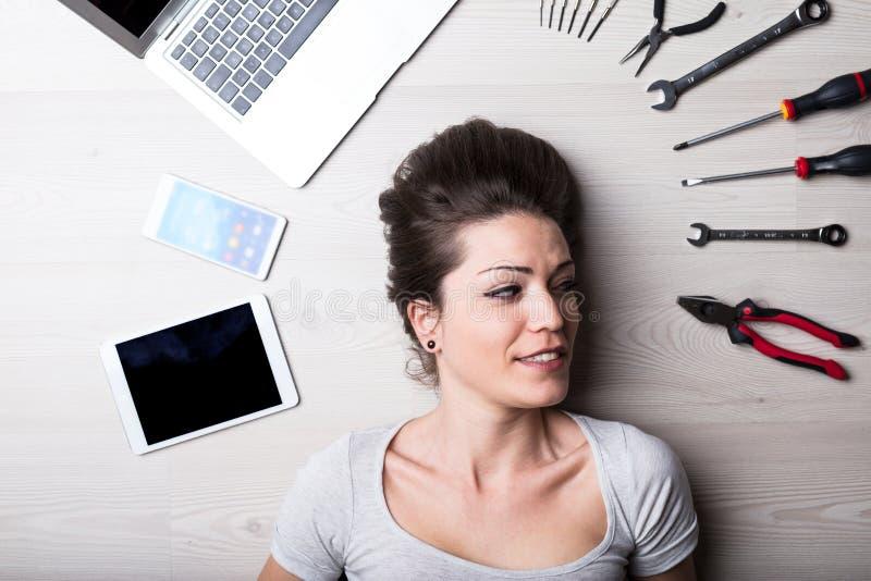 Mirada intensa de una mujer con problemas digitales fotos de archivo