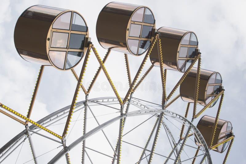 Mirada inusual de las cabinas de la noria imagen de archivo libre de regalías
