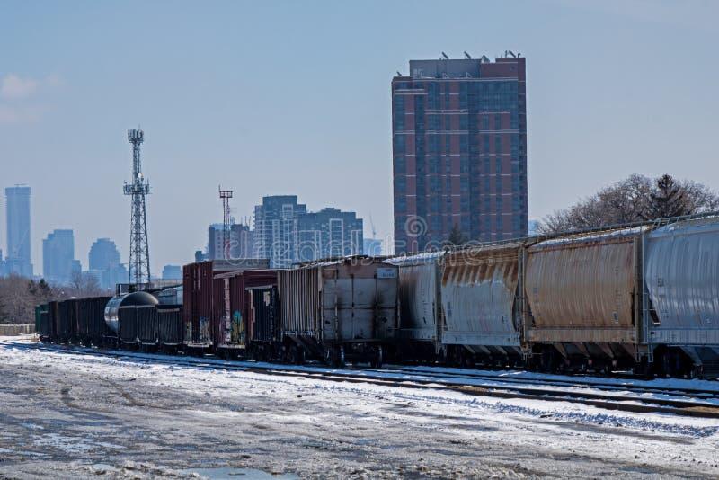 Mirada más atenta en las yardas del envío de Sit Idle At The Toronto de los coches de carga imagen de archivo libre de regalías
