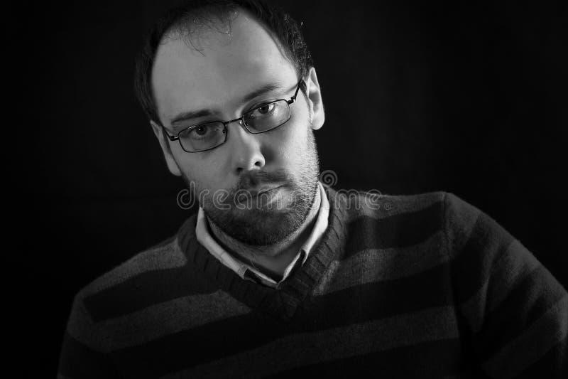 Mirada melancólica de un hombre con los vidrios de la barba imagen de archivo libre de regalías
