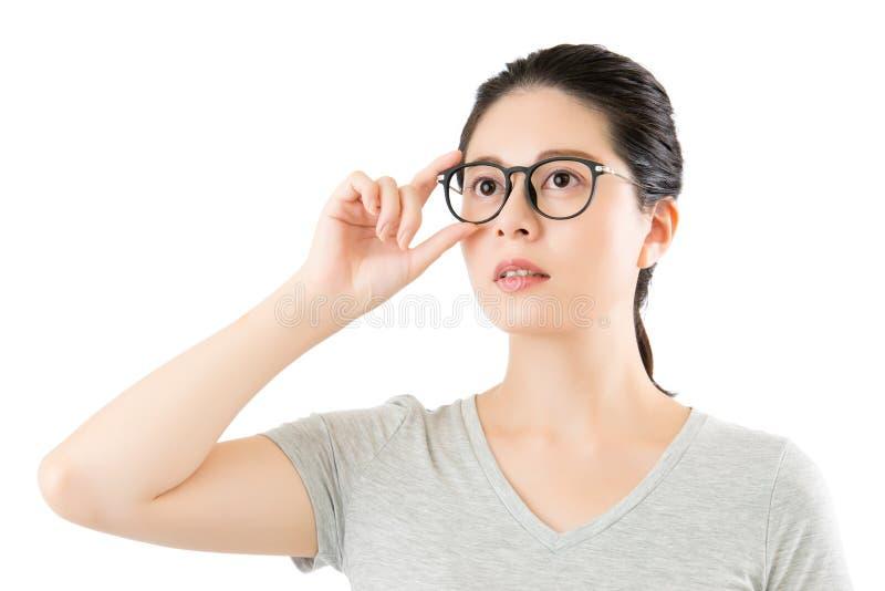 Mirada natural del contenido asiático de la mujer sobre sus vidrios con clase imágenes de archivo libres de regalías