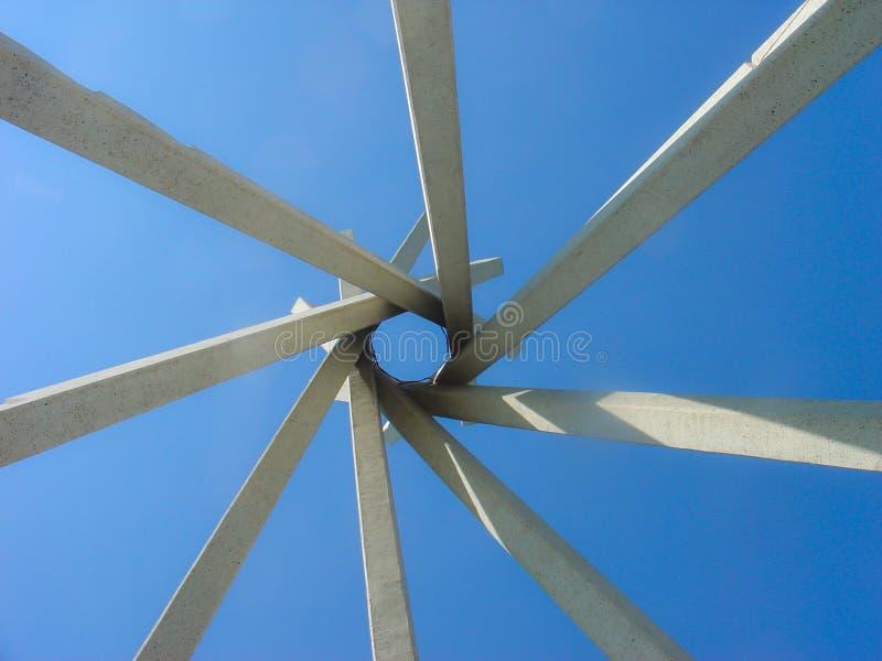 Mirada para arriba al cielo con una forma formada por 8 haces concretos que forman una intersección fotografía de archivo