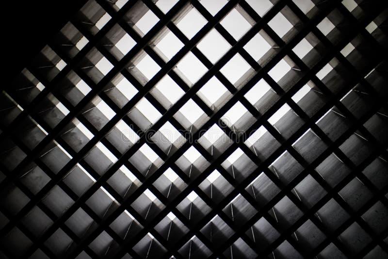 Mirada para arriba al diseño abstracto moderno de la arquitectura imagen de archivo