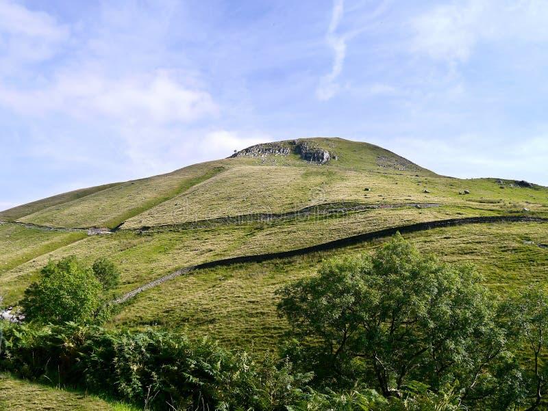 Mirada para arriba de Gray Crag, cara septentrional imagenes de archivo
