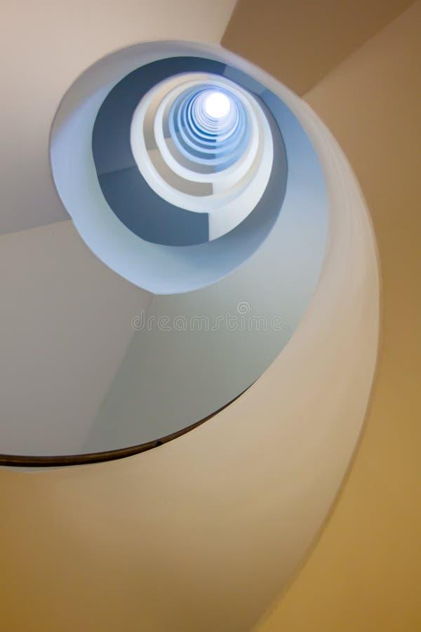 Mirada para arriba de la escalera foto de archivo