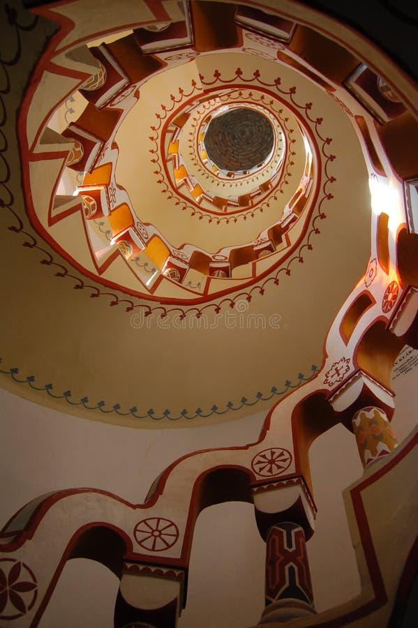 Mirada para arriba de la escalera con diversos símbolos en la barandilla imágenes de archivo libres de regalías