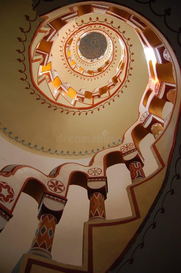 Mirada para arriba de la escalera con diversos símbolos en la barandilla fotografía de archivo