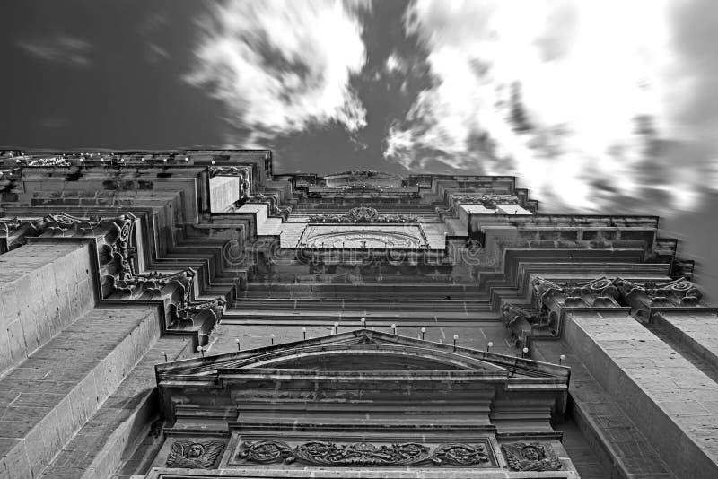 Mirada para arriba de un alto edificio fotos de archivo