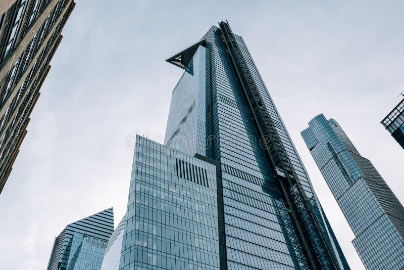 Mirada para arriba de vista del rascacielos inacabado 30 Hudson Yards en el Midtown New York City fotos de archivo