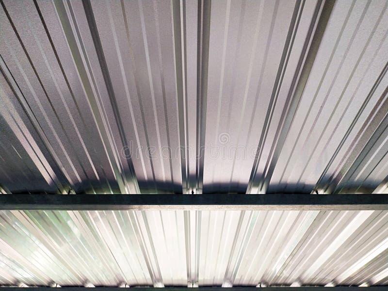 Mirada para arriba debajo del tejado de las hojas de metal foto de archivo libre de regalías