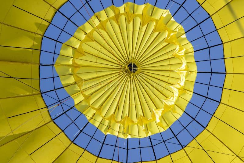 Mirada para arriba dentro de un globo del aire caliente fotos de archivo libres de regalías