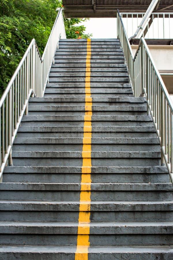 Mirada para arriba a la escalera concreta envejecida Escaleras de piedra viejas fotos de archivo