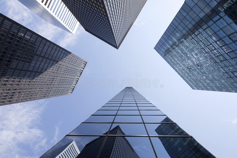 Mirada para arriba a los edificios de oficinas modernos del vidrio y del acero en un m más bajo fotos de archivo
