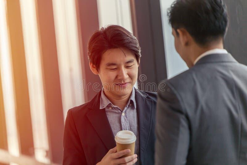 Mirada profesional del hombre de negocios asiático joven del líder que habla junto foto de archivo libre de regalías