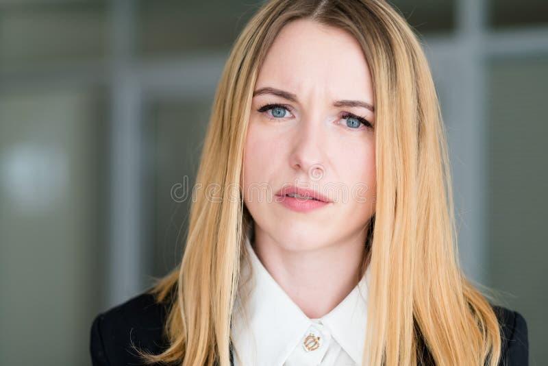 Mirada que pregunta interrogativa de la mujer de la cara de la emoción fotos de archivo