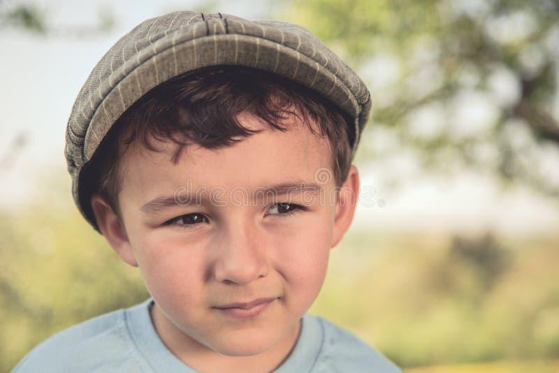 Mirada retra al aire libre del retrato del niño pequeño del niño del niño que mira a fotografía de archivo libre de regalías