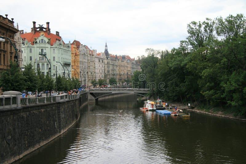 Mirada rio abajo Moldava fotos de archivo