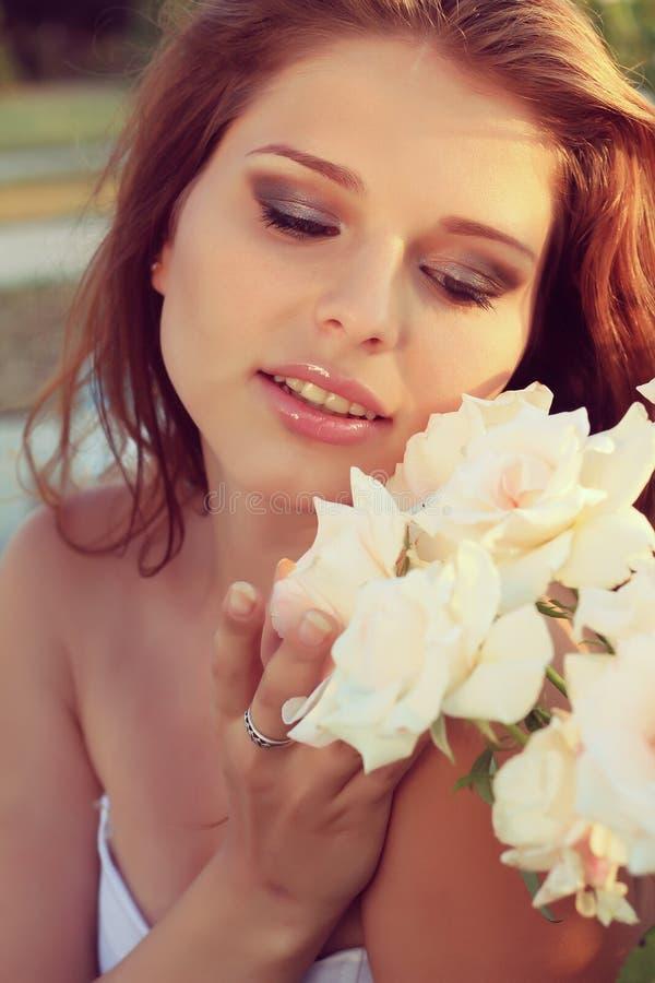 Mirada sensual hermosa de la mujer joven en el jardín en verano. foto del vintage imagen de archivo libre de regalías