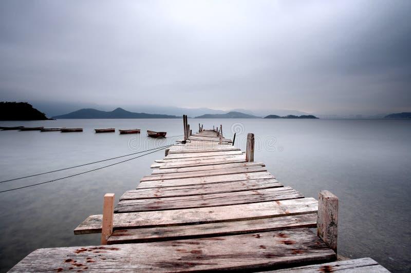 Mirada sobre un embarcadero y un barco fotos de archivo