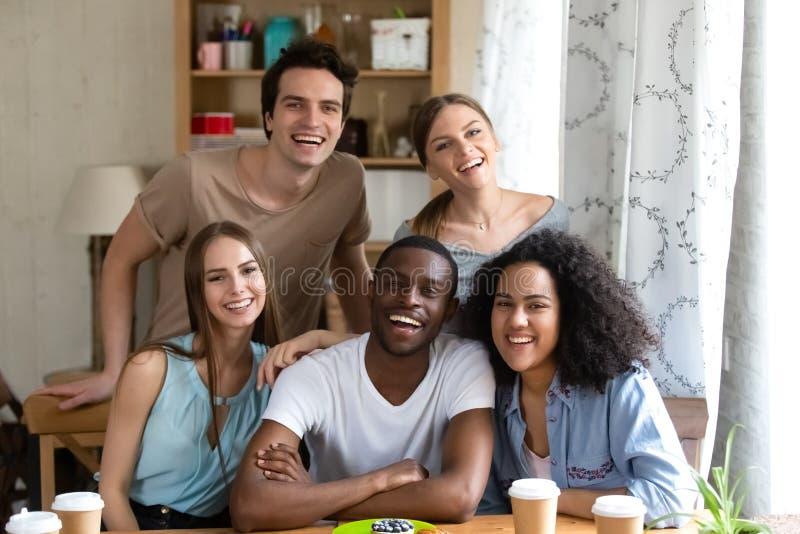 Mirada sonriente de la gente positiva atractiva milenaria diversa fotos de archivo libres de regalías
