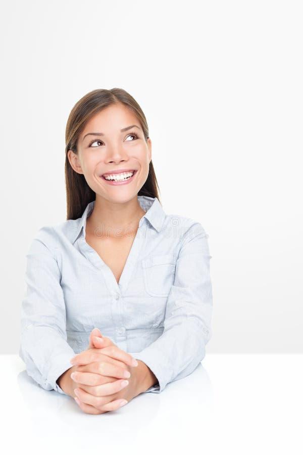 Mirada sonriente de la mujer para arriba fotos de archivo libres de regalías