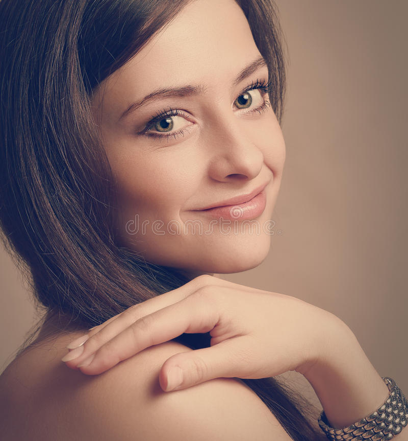 Mirada sonriente hermosa de la mujer fotografía de archivo libre de regalías
