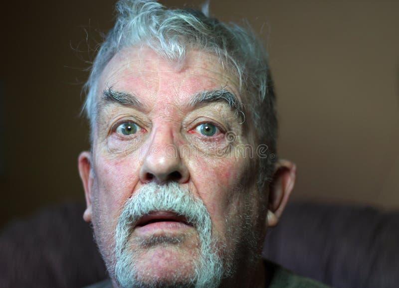 Mirada sorprendida del hombre mayor. fotografía de archivo libre de regalías