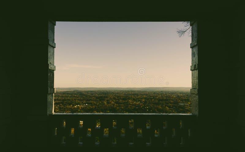 Mirada a través de las ventanas imagen de archivo libre de regalías