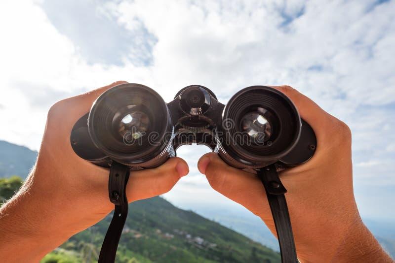 Mirada a través de los prismáticos fotografía de archivo