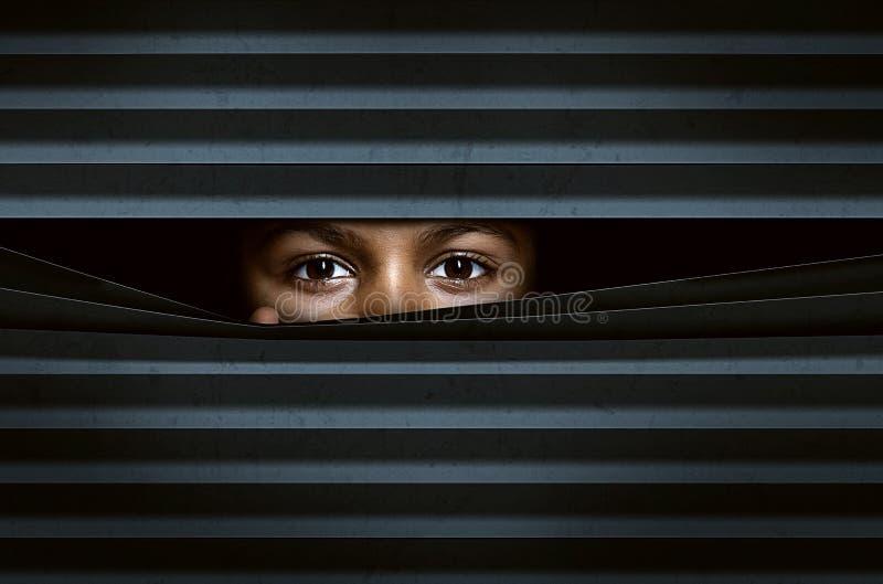Mirada a través de persianas de ventana imagen de archivo