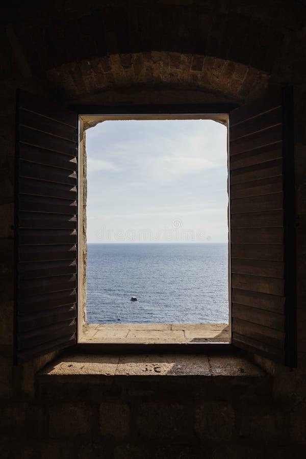 Mirada a través de una ventana de la fortaleza en Croacia imagenes de archivo