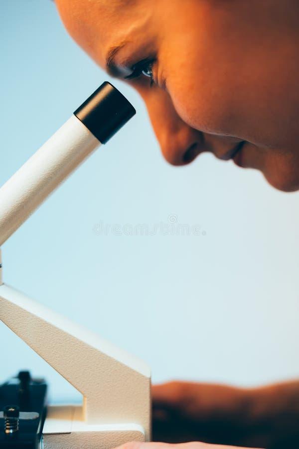 Mirada a través del microscopio imagenes de archivo