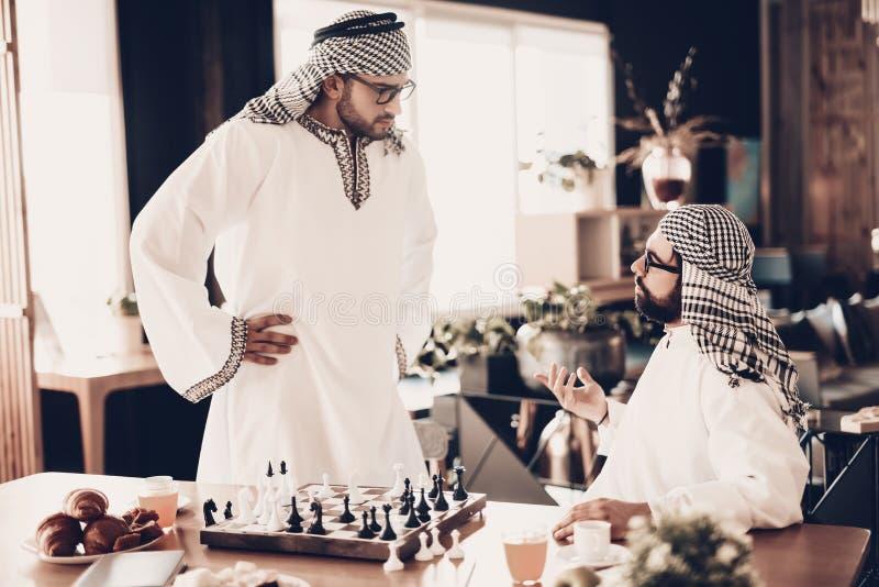 Miradas árabes en su opositor después de perder en ajedrez imagenes de archivo