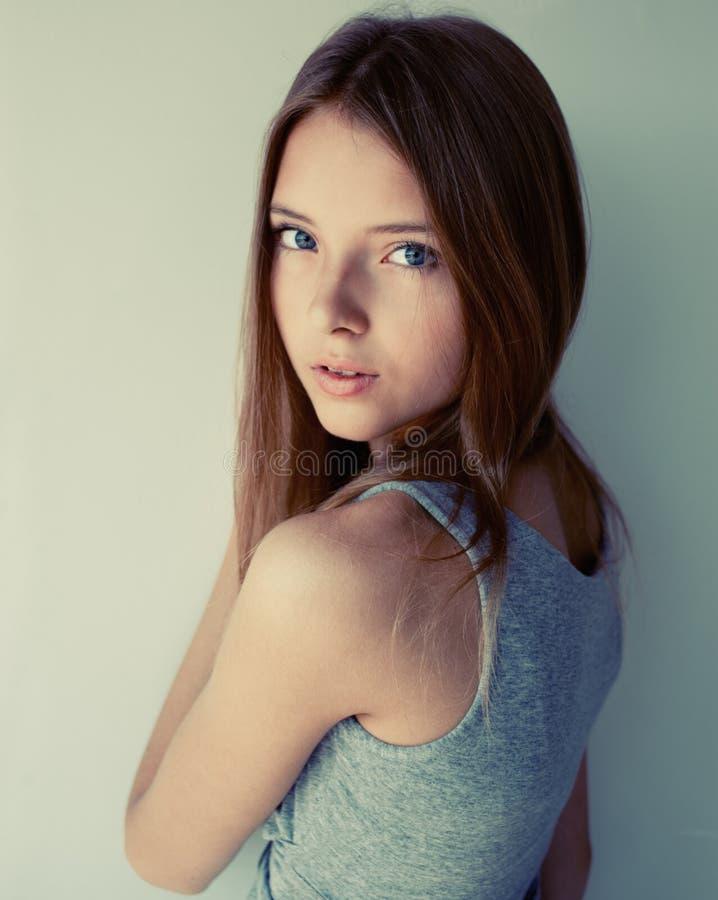 Miradas de la muchacha foto de archivo libre de regalías